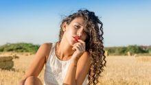 Femme aux cheveux bouclés au soleil
