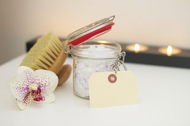 Assortiment de produits de salle de bain et beauté.