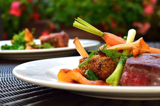 Assiette avec aliments variés et colorés.