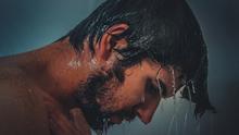 Homme sous la douche.
