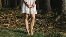 Femme aux jambes nues debout.