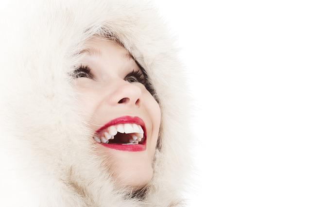 Femme au sourire éclatant de blancheur.