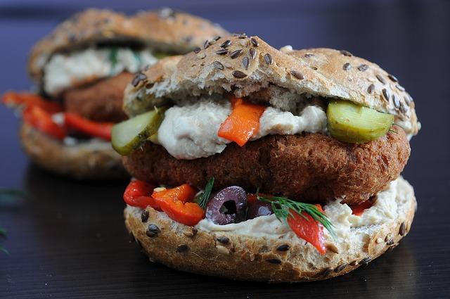 Hamburgers végétariens, avec steak de légumineuses, légumes et pain complet.