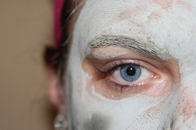 Visage de femme avec masque beauté fait maison.