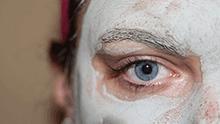 Visage de femme avec masque beauté fait maison sur le visage.