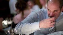 Un homme mange dans une réception.