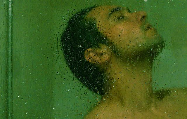 Un homme sous la douche.