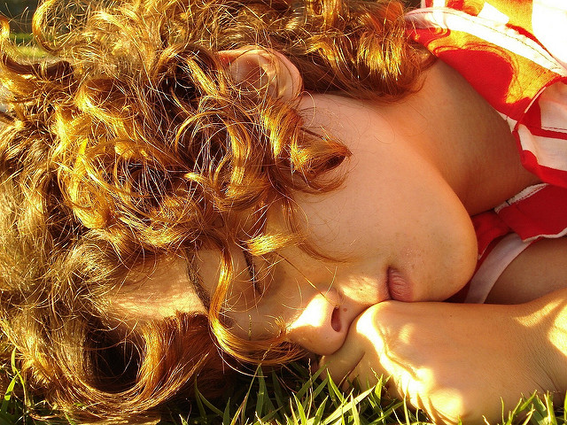 Cheveux roux au soleil.