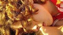 Jeune fille rousse endormie au soleil.