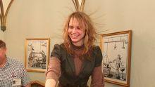 Femme aux cheveux électriques.