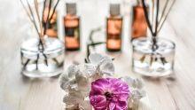 Flacons d'huiles essentielles et fleurs séchées.