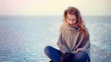 Femme en tenue de laine pour contrer le froid du vent.