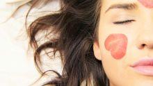 Visage d'une femme utilisant des produits cosmétiques bio et naturels