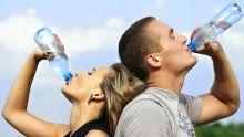 Photographie d'une femme et d'un homme en train de s'hydrater en buvant de l'eau.
