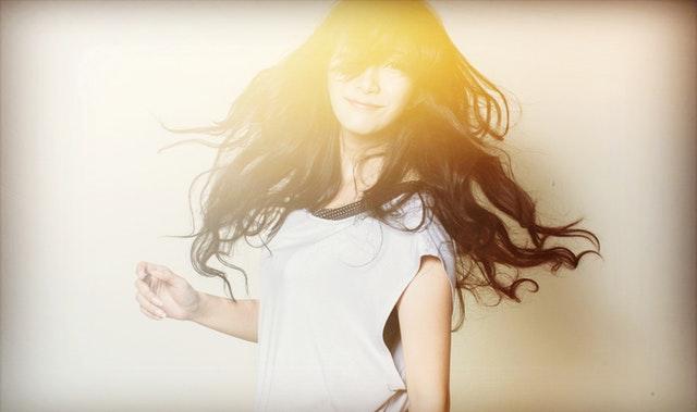 Jeune femme dans un rayon de lumière.