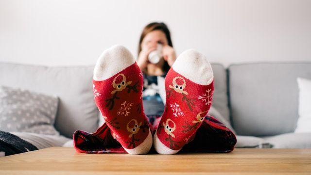 jeune femme détendue à l'approche des fêtes de fin d'année.