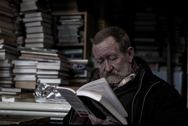 Vieil homme lisant.
