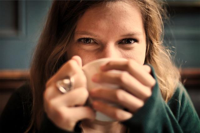 Jeune femme buvant un café.