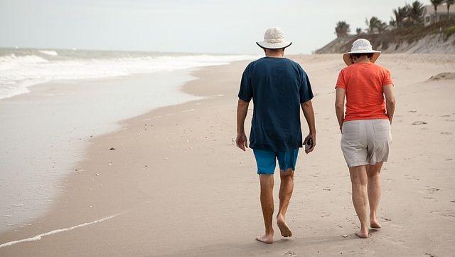 Personnes âgées en vacances.