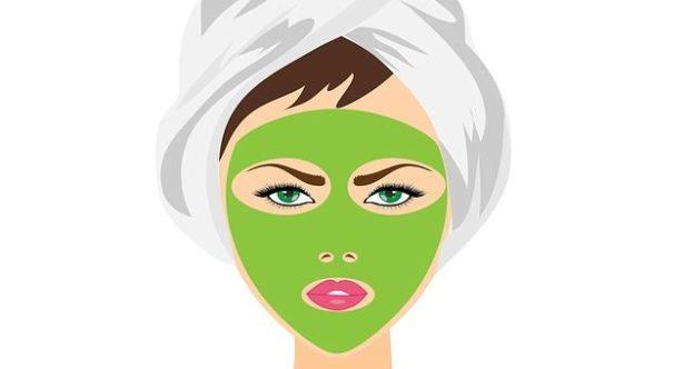 C'est une femme qui a un masque de beauté sur le visage.