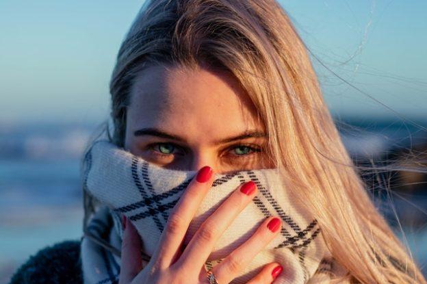 Jeune femme en gros plan sur les yeux.