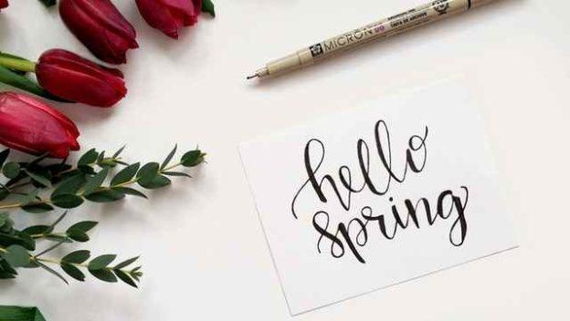 Image de bienvenue au printemps avec des fleurs.