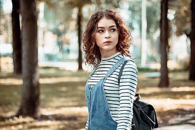 Femme dans une forêt en automne.