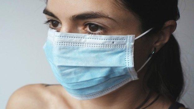 Femme qui porte un masque sur le visage.