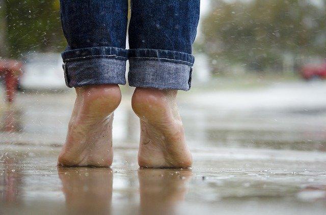Pieds nus sous la pluie.