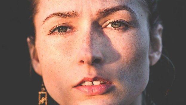 Portrait d'une femme sous le soleil.