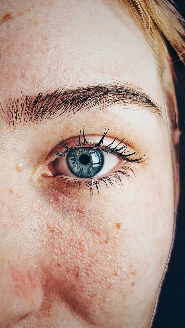 Oeil d'une jeune fille.