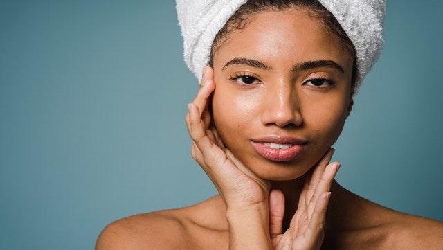 Femme avec une peau lisse.