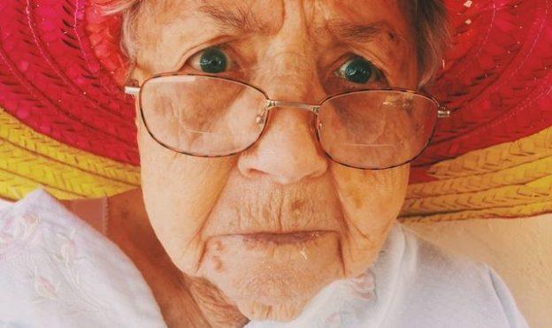 Dame âgée portant un chapeau.