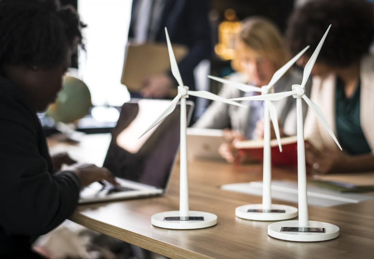 Petites éoliennes sur une table.