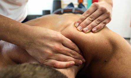Femme qui se fait masser.